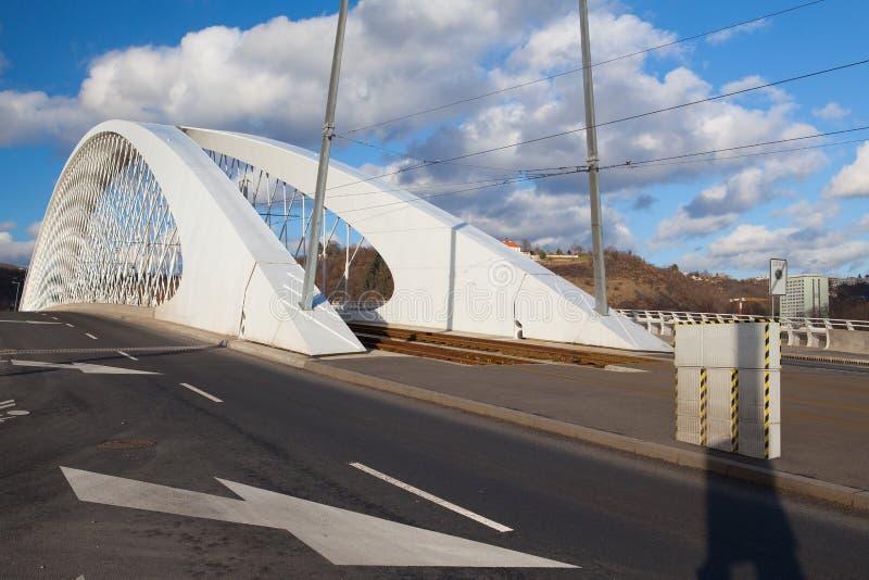 Puente moderno sobre el río de Moldava en Praga fotografía de archivo