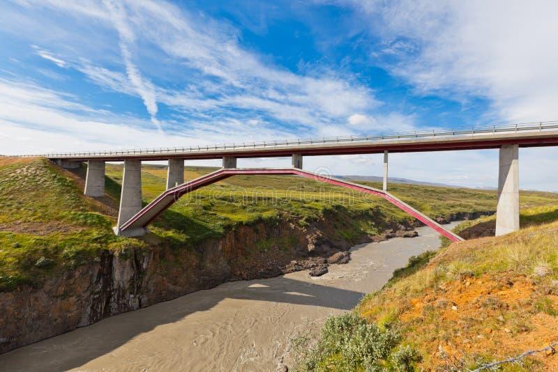 Puente moderno sobre el río islandés imagenes de archivo