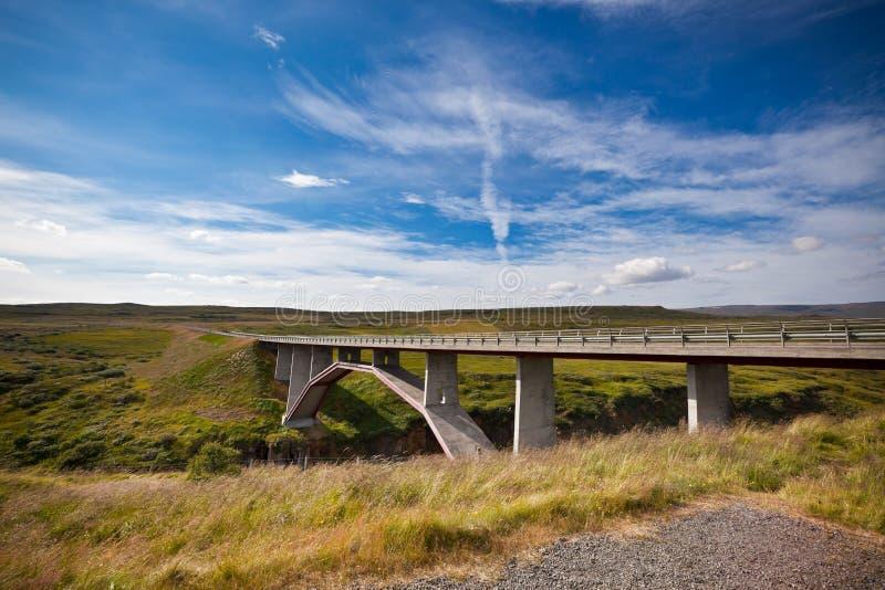 Puente moderno sobre el río islandés fotos de archivo