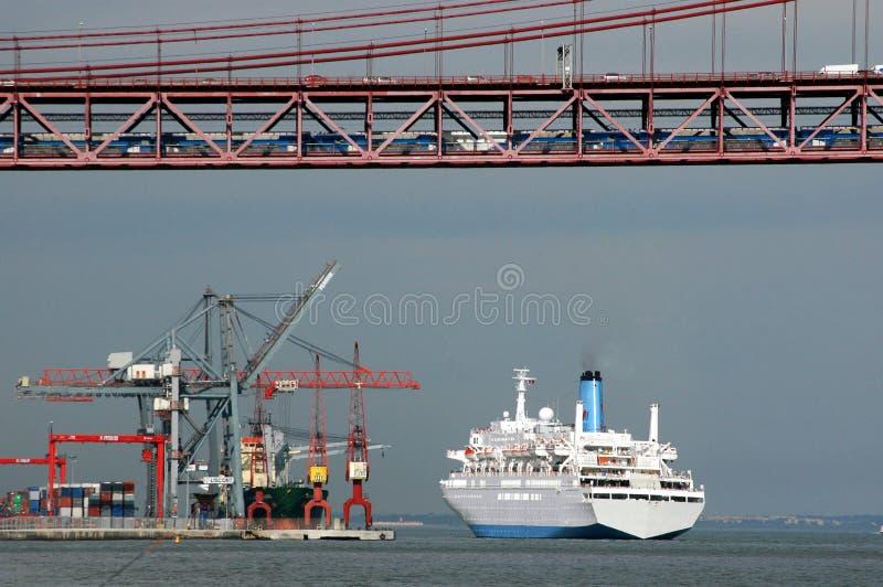 Puente, muelle y barco de cruceros imagenes de archivo