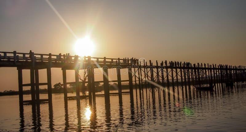 Puente Myanmar de U Bein en la puesta del sol imagen de archivo libre de regalías