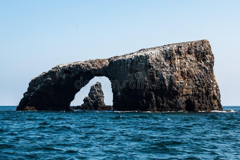 Puente natural de la roca del arco y formación de roca volcánica en fondo en la isla de Anacapa foto de archivo