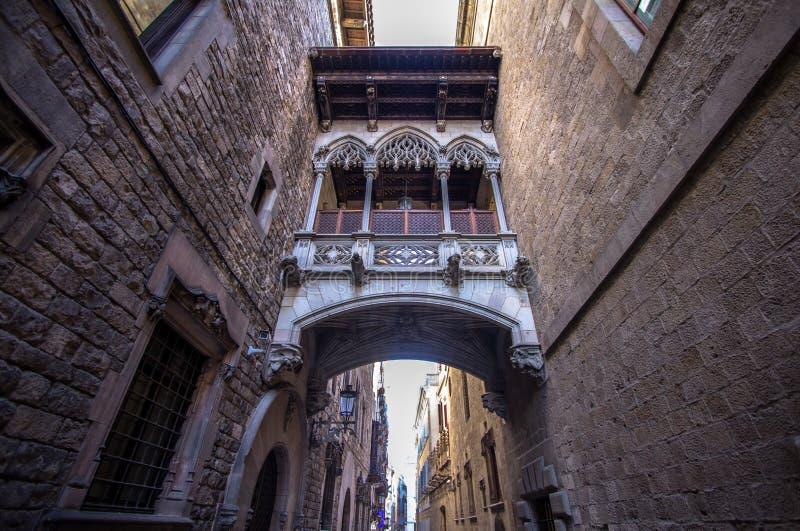 Puente neogótico en Carrer del Bisbe en Barcelona imagen de archivo libre de regalías