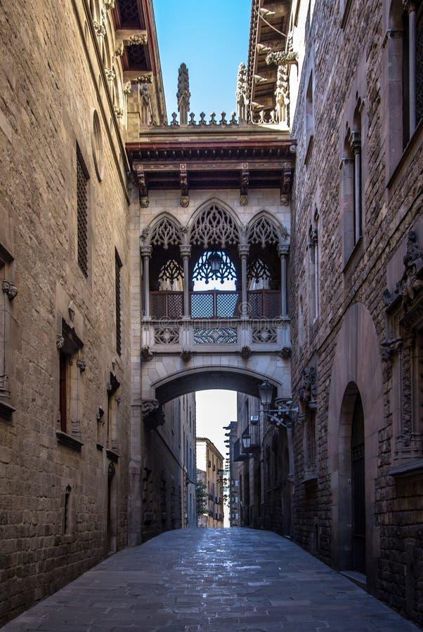 Puente neogótico en Carrer del Bisbe en Barcelona fotos de archivo