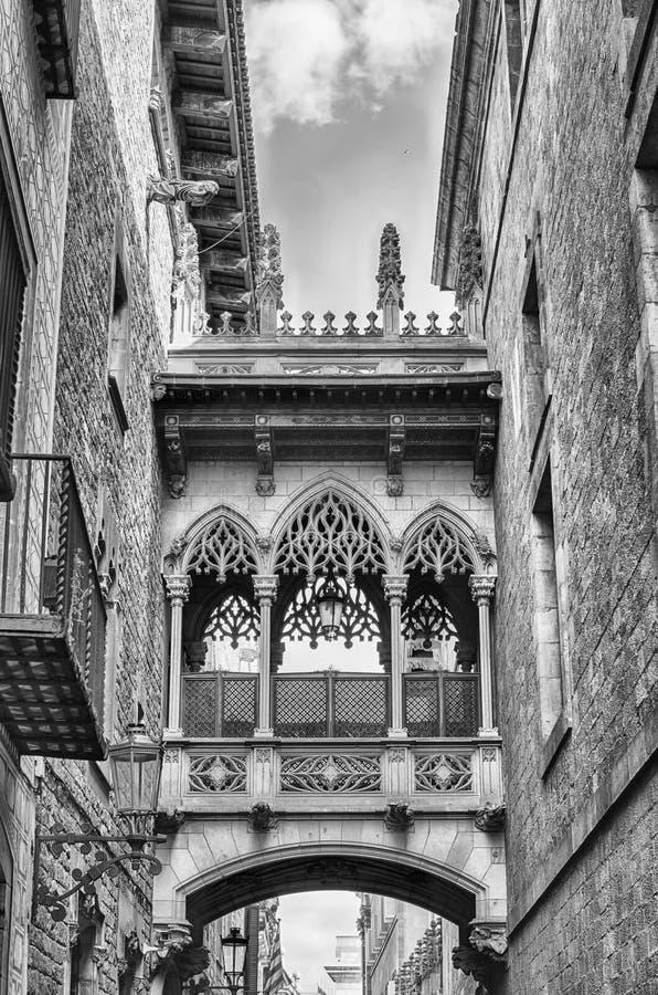 Puente neogótico en Carrer del Bisbe, Barcelona, Cataluña, Spai foto de archivo