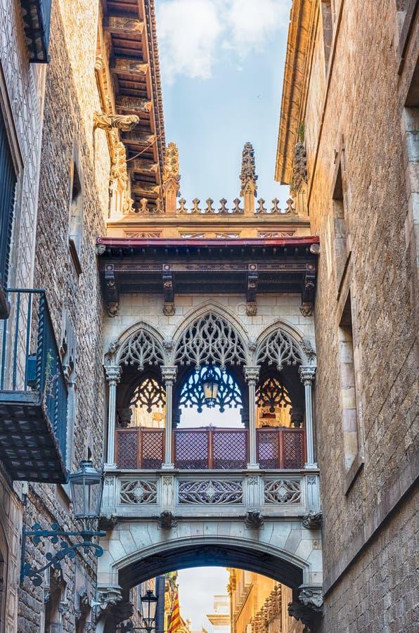 Puente neogótico en Carrer del Bisbe, Barcelona, Cataluña, Spai foto de archivo libre de regalías