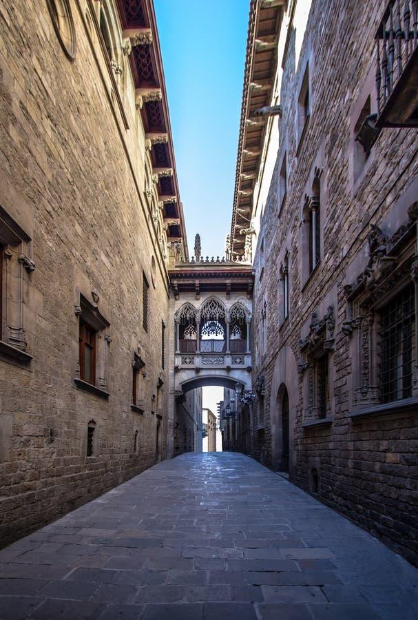 Puente neogótico en Carrer del Bisbe en Barcelona fotografía de archivo libre de regalías
