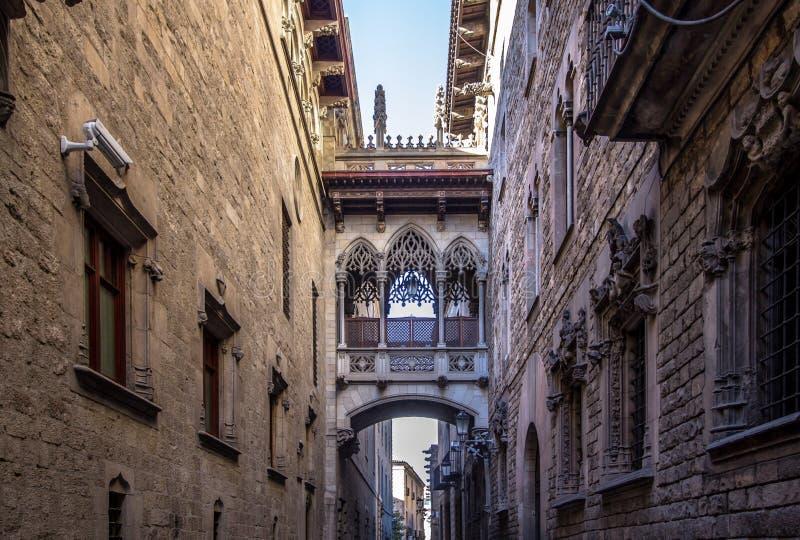 Puente neogótico en Carrer del Bisbe en Barcelona fotos de archivo libres de regalías