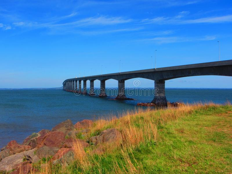 Puente Northumberland Canadá recto de la confederación imagenes de archivo