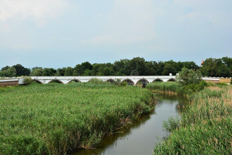 puente Nueve-agujereado de Hortobagy en parque nacional fotos de archivo