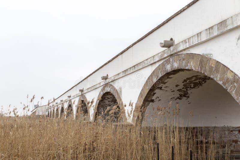 puente Nueve-agujereado en Hungría foto de archivo