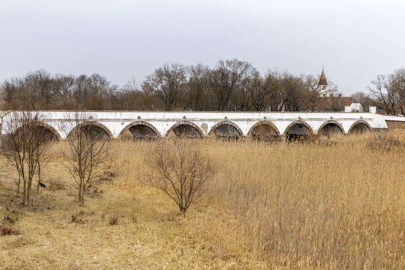 puente Nueve-agujereado en Hungría fotos de archivo