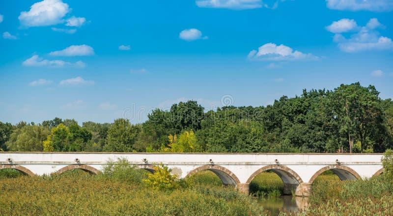 puente Nueve-agujereado Hortobagy contra el parque nacional Hungría del cielo azul fotografía de archivo