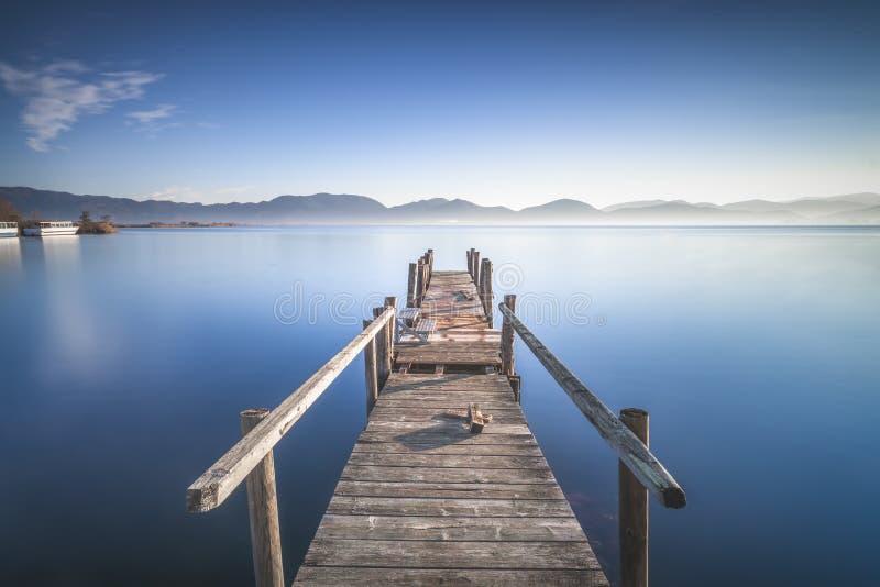 Puente o embarcadero de madera y lago al amanecer Torre del lago Puccini Versilia Tuscany, Italia foto de archivo libre de regalías