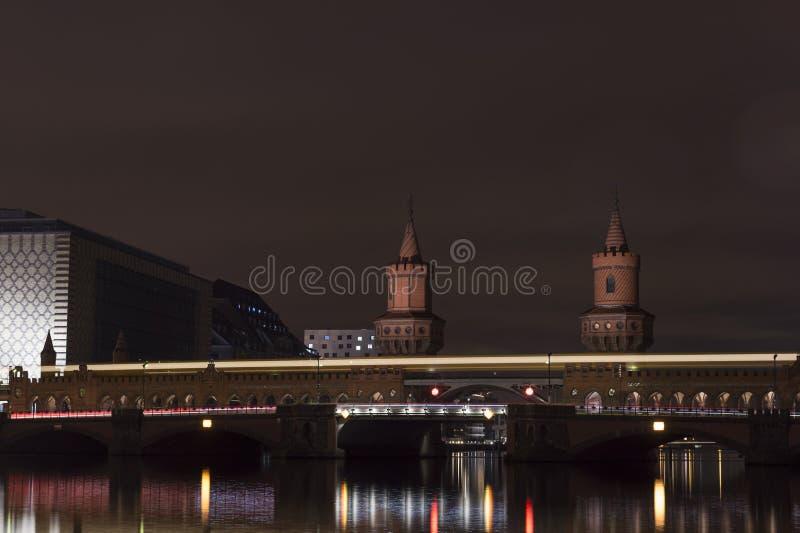 Puente Oberbaumbruecke en Berlín, Kreuzberg de Oberbaum en la noche foto de archivo