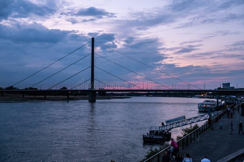 Puente Oberkasseler en Dusseldorf, Alemania durante una gran puesta de sol fotografía de archivo libre de regalías