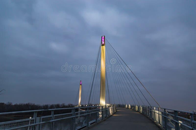 Puente Omaha Nebraska del pie de Bob Kerrey en la noche fotografía de archivo
