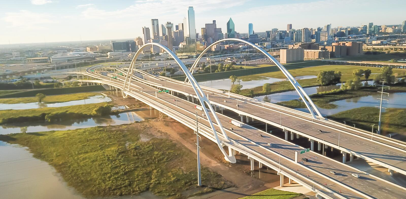 Puente panorámico y desbordamiento el río Trinity de Margaret McDermott de la señal de Dallas de la visión superior fotos de archivo libres de regalías