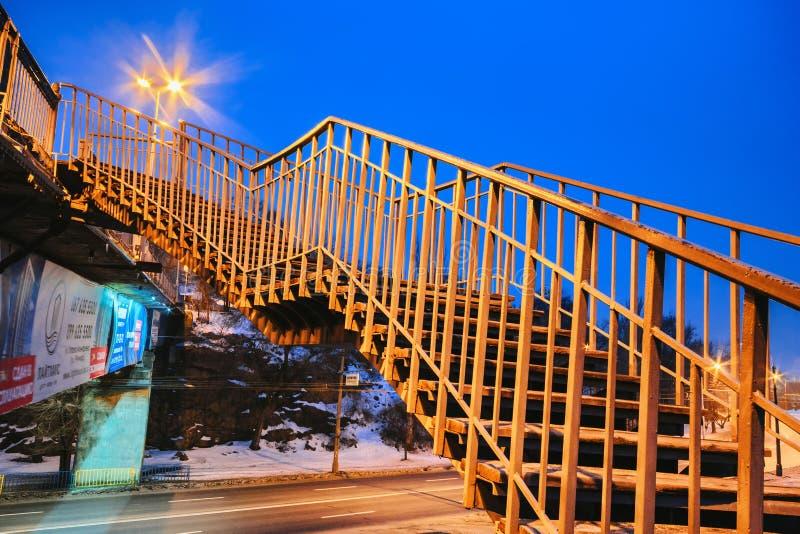 Puente peatonal abandonado en la noche en la iluminación de las lámparas de calle III fotos de archivo