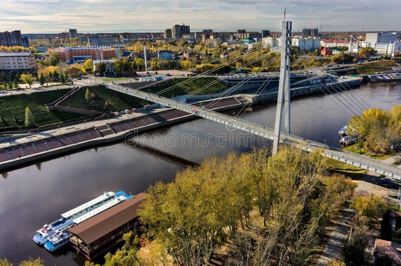 Puente peatonal de los amantes en el río de Tura Tyumen imagen de archivo