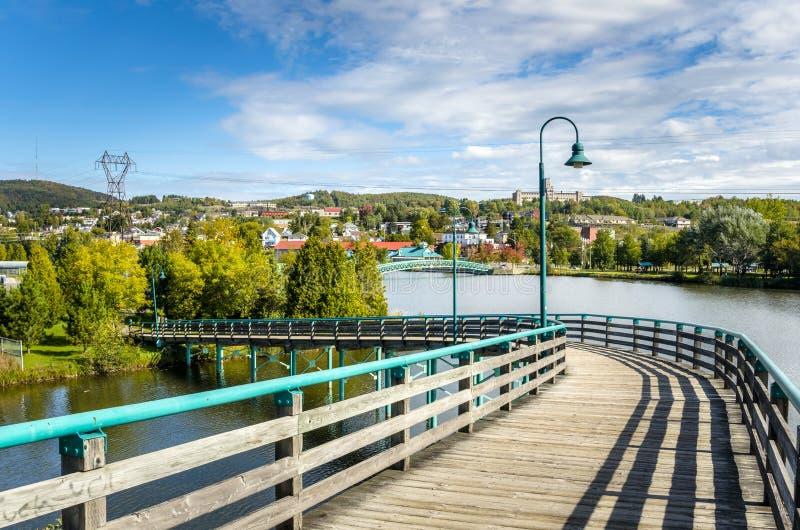 Puente peatonal de madera fotografía de archivo