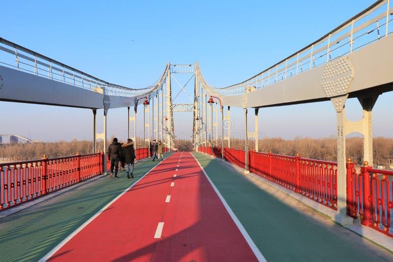 Puente peatonal de Parkovy, situado en Kiev, Ucrania foto de archivo