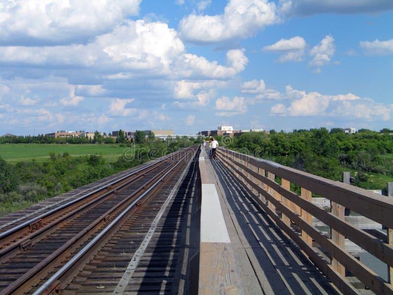 Puente peatonal del tren fotos de archivo