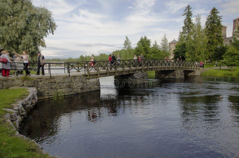 Puente peatonal a la fortaleza de Olavinlinna fotos de archivo