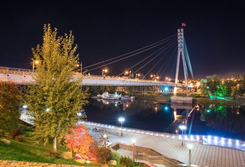 Puente peatonal sobre el río de Tura en Tyumen foto de archivo libre de regalías