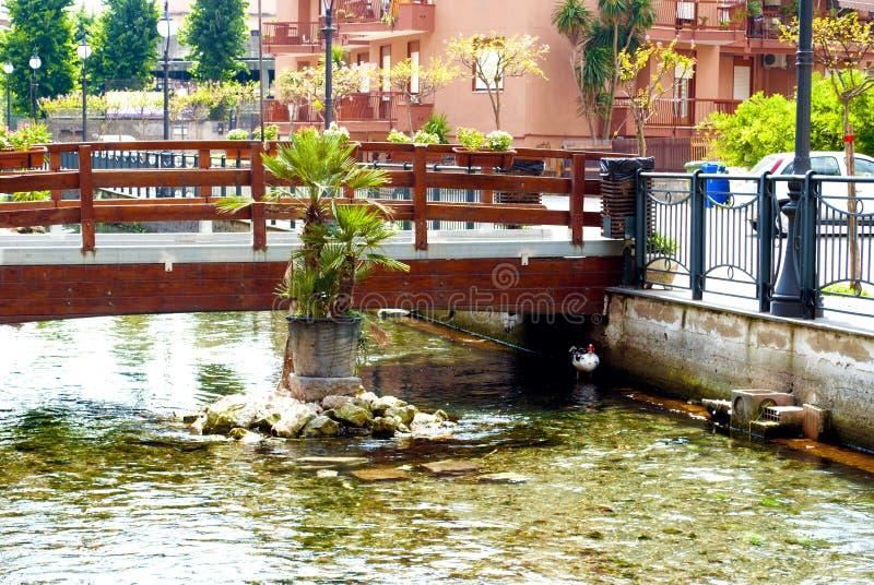 Puente peatonal a través del río fotografía de archivo