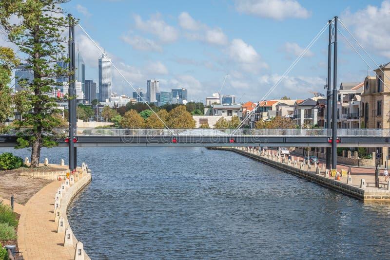 Puente peatonal a través puerto del río del cisne del pequeño en Perth del este fotos de archivo