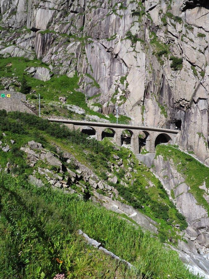 Puente pedregoso escénico del carril en las montañas suizas en SUIZA fotografía de archivo