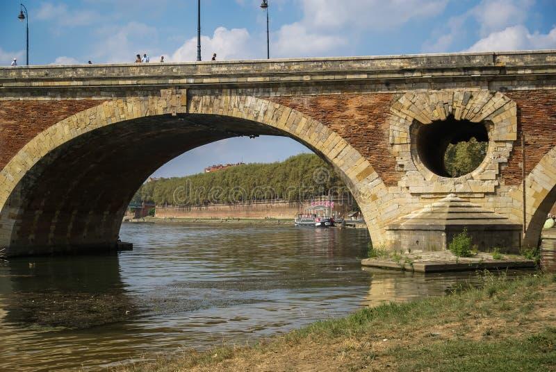 Puente pintoresco sobre el río Garona, Toulouse, Francia foto de archivo