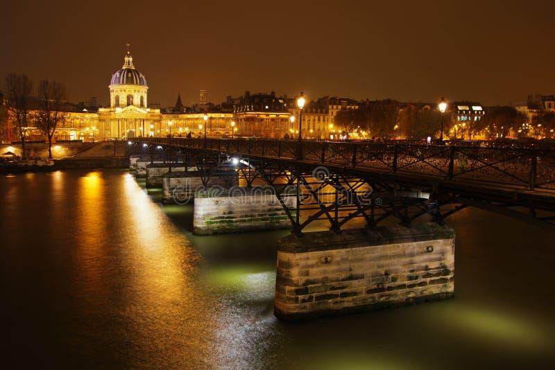 Puente Pont des Arts en París en la noche foto de archivo