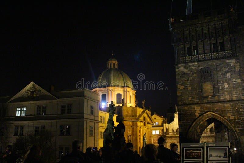 Puente Praga de Charles Noche Praga Gente delante del St Salvator Church y St Francis de la iglesia de Assisi, Praga foto de archivo