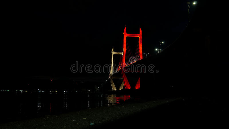 Puente que brilla intensamente en la noche fotos de archivo