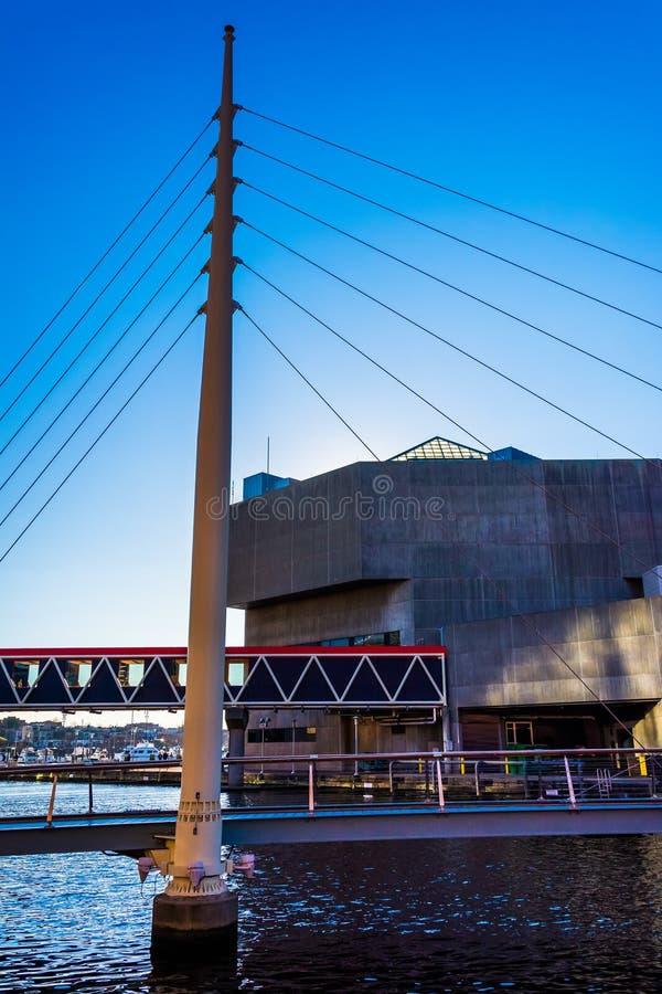 Puente que camina y el acuario nacional en el puerto interno de foto de archivo libre de regalías