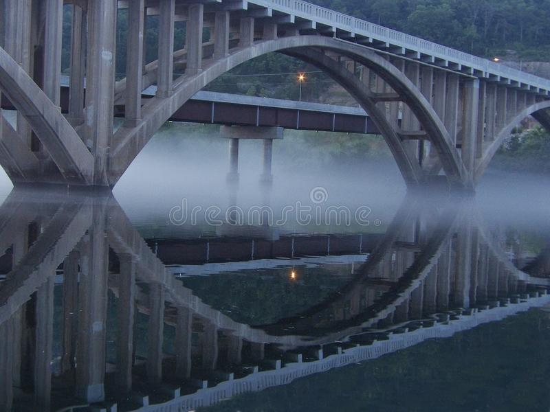 Puente que se coloca fuerte foto de archivo