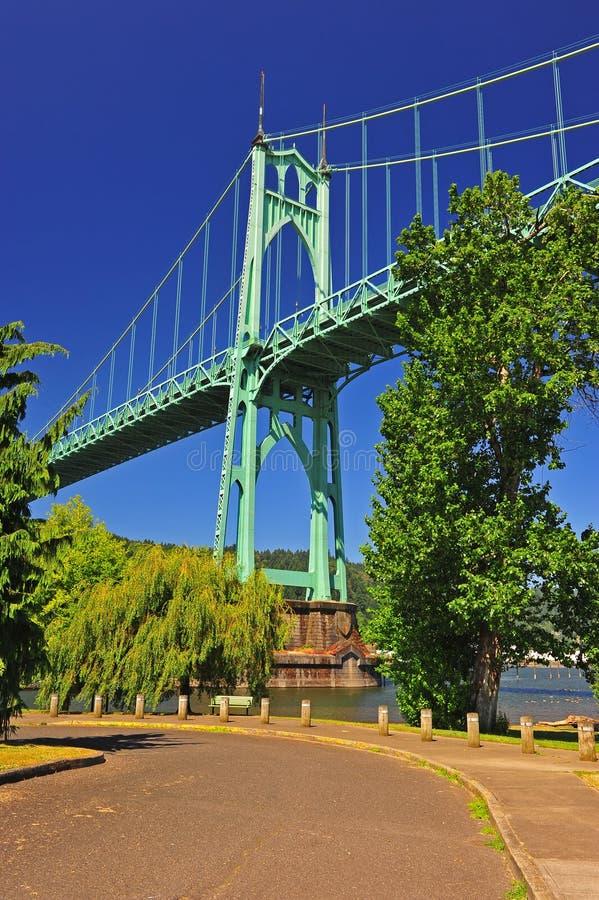 Puente que se eleva sobre el río fotografía de archivo libre de regalías