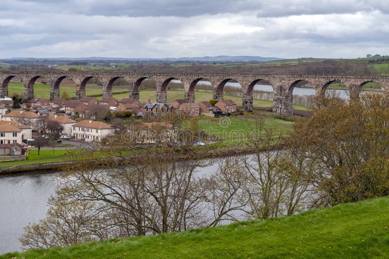 Puente real de la frontera, el viaducto ferroviario a través del tweed del río entre el Berwick-sobre-tweed y Tweedmouth en Ingla imagenes de archivo