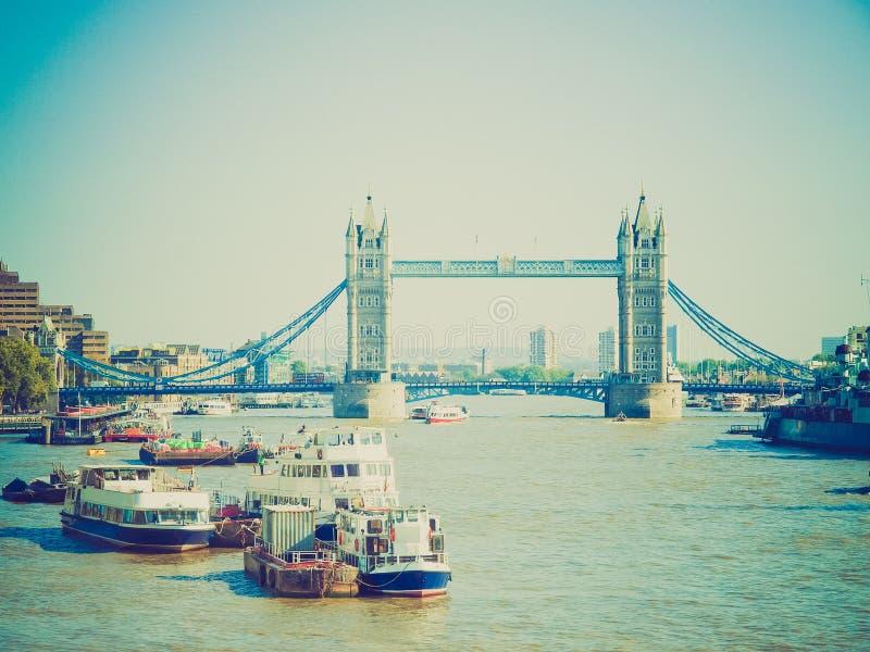 Puente retro de la torre de la mirada, Londres foto de archivo libre de regalías