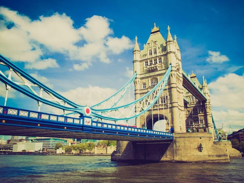 Puente retro de la torre de la mirada, Londres foto de archivo