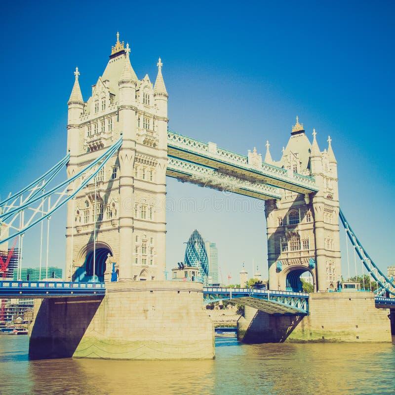 Puente retro Londres de la torre de la mirada fotografía de archivo libre de regalías