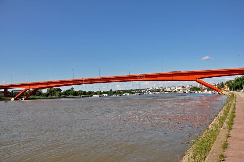 Puente rojo de la ciudad imagenes de archivo