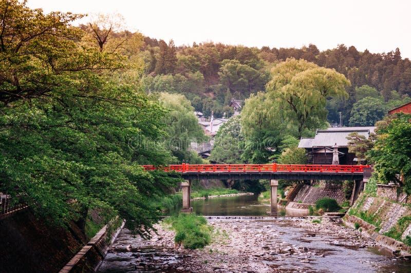 Puente rojo de Nakabashi sobre el río de Miyagawa en Sanmachi Suji viejo Ed imagenes de archivo