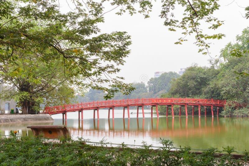 Puente rojo en el lago ha Noi, Vietnam fotografía de archivo