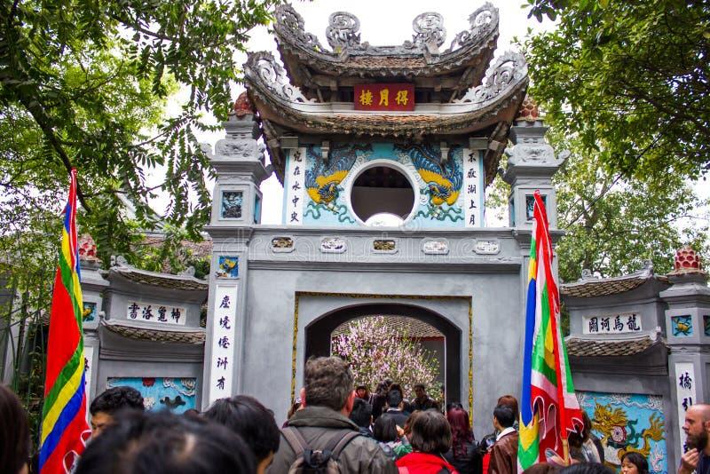 Puente rojo en el lago Hoan Kiem, ha de Noi, Vietnam durante nuevo chino foto de archivo libre de regalías