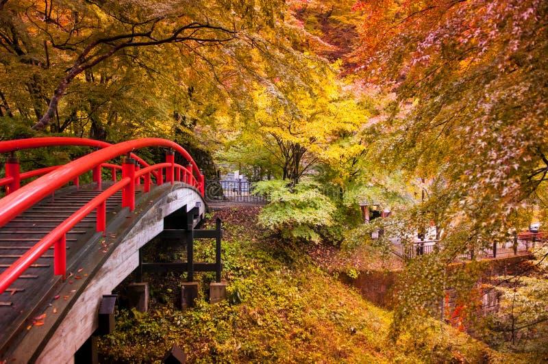 Puente rojo en Ikaho Onsen, Gunma, Japón imagenes de archivo