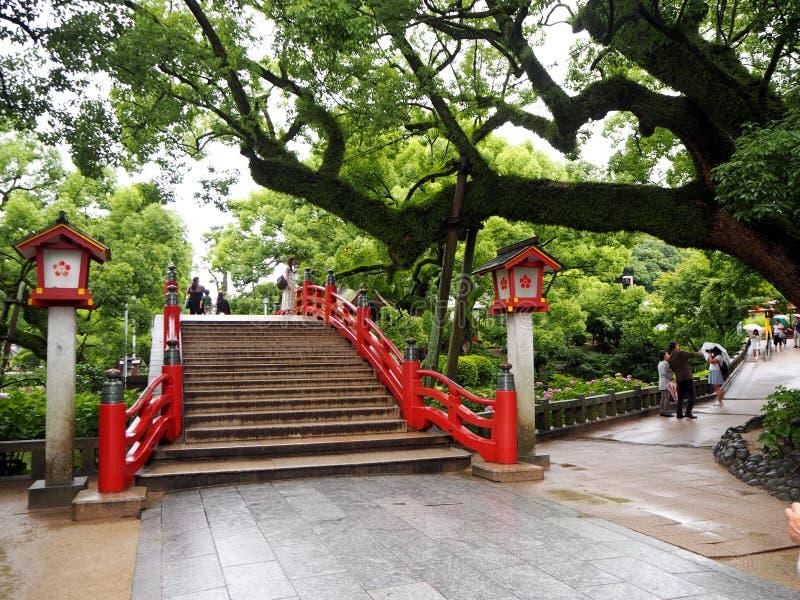Puente rojo en la capilla de Dazaifu en Fukuoka imagenes de archivo