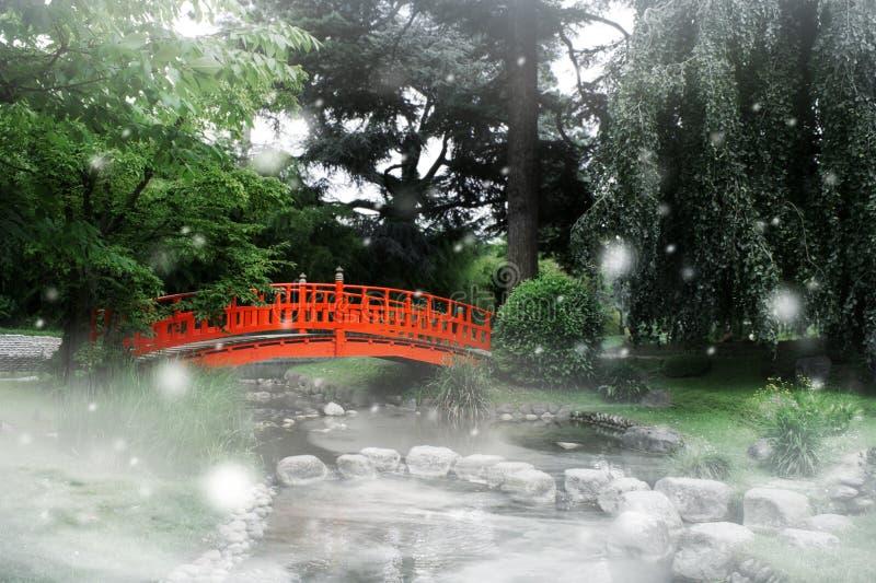 Puente rojo en un jardín japonés imagenes de archivo